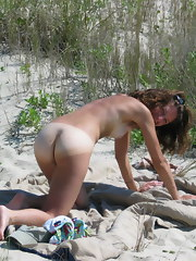 Sexy babes sunbathing in bare beach fotos